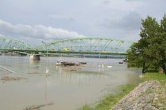 Die Donau-Flut in der Stadt von Komarom, Ungarn, am 5. Juni 2013 Lizenzfreie Stockbilder