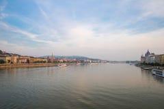 Die Donau - Panorama in Budapest Ungarn lizenzfreie stockfotos