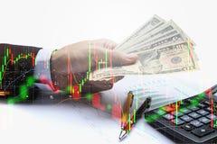 Die Doppelbelichtung des Geschäftsmannes Pay der US-Dollar, virtuell curren Lizenzfreie Stockfotografie