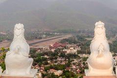 Die Doppellöwestatue bei Wat Phra That Doi Kong MU Mae Hong Son Stockfotos