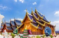Die doppelten Pfaus, welche die buddhistische Kirche, Verbothöhle Sally schützen, sehen Lizenzfreie Stockbilder