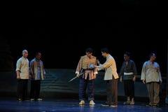 Die Dorfbewohnernahrung Jiangxi-Oper eine Laufgewichtswaage Stockfoto