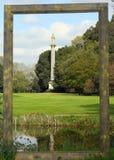 Die dorische Säule wird innerhalb des Bodens von Syon-Gärten aufgestellt Lizenzfreie Stockbilder