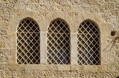 Die Dormitions-Abtei, gewölbte Gitterfenster in Jerusalem, Israel Stockfoto