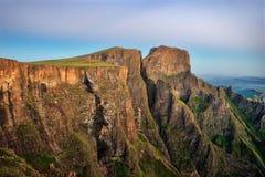Die Drachenberge-Amphitheatre in Südafrika lizenzfreie stockbilder