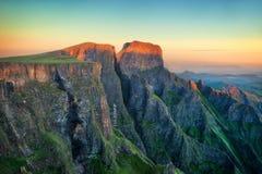 Die Drachenberge-Amphitheatre in Südafrika lizenzfreie stockfotos