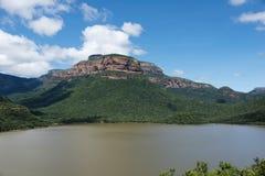 Die Drachenberge in Südafrika mit See Lizenzfreies Stockbild