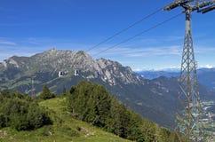 Die Drahtseilbahn in den Alpen im Sommer Lizenzfreies Stockfoto