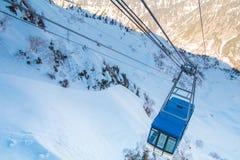 Die Drahtseilbahn von Tateyama Kurobe alpin am Sonnenscheintag mit Hintergrund des blauen Himmels ist eine von den wichtigsten un stockfotografie