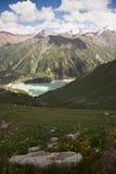 Die Draufsicht über den Gebirgssee im Sommer lizenzfreies stockfoto