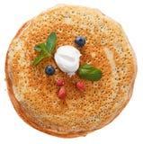 Die Draufsicht über Pfannkuchen mit Löchern Stockbild
