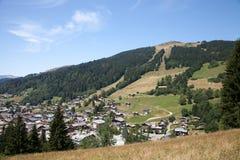 Die Draufsicht des kleinen Dorfs in den französischen Alpen Lizenzfreies Stockbild