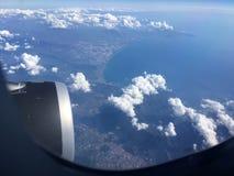 Die Draufsicht von Wolken und von Himmel von einem Flugzeugfenster Lizenzfreies Stockfoto