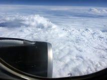 Die Draufsicht von Wolken und von Himmel von einem Flugzeugfenster Stockbild