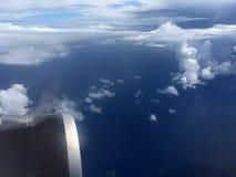 Die Draufsicht von Wolken und von Himmel von einem Flugzeugfenster Lizenzfreie Stockfotografie