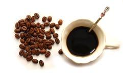 Die Draufsichtkaffeebohnen mit Kaffeetasse Lizenzfreie Stockfotos