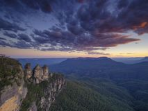 Die drei Schwestern und die blauen Berge bei Sonnenuntergang, Katoomba, NSW, Australien lizenzfreies stockbild