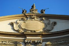 Die drei Statuen gelegt auf die Oberseite der Kathedrale von Vigevano nahe Pavia in Lombardei (Italien) Lizenzfreie Stockfotos