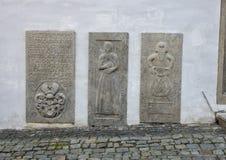 Die drei tombsones nahe bei der Einstiegstür zum Haus des Geistlichen, Cesky Krumlov, Tschechische Republik stockfotos
