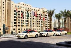 Die Dubai-Taxiautos, die auf Kunden warten, nähern sich Hotel Lizenzfreie Stockfotografie