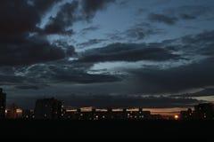 Die Dunkelheit der Nacht tauchte nach Moskau, tiefe Wolken Stockfotografie