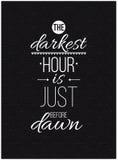 Die dunkelste Stunde ist kurz vor Dämmerung Inspirierend Zitatplakat Stockfoto