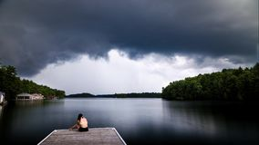 Die dunklen Kumulussturmwolken, die einem Häuschen sich nähern, koppeln auf See Joseph, Ontario an stock video footage