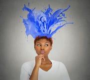Die durchdachte bunte Frau des Porträts spritzt das Kommen von ihrem Kopf Lizenzfreie Stockfotografie