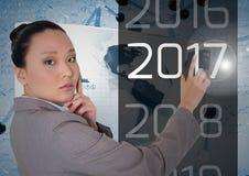 Die durchdachte Geschäftsfrau, die 2017 in 3D erzeugte berührt digital, Hintergrund Lizenzfreie Stockfotos
