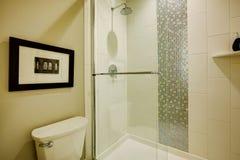 Die Dusche der Glasbesucher ohne voranmeldung in einem Badezimmer des nagelneuen Hauses Stockbilder