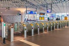 Die eben errichtete Bahnstation mit Zugangstoren in Delft Stockbilder