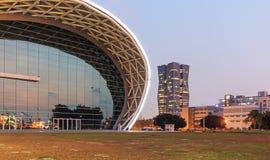 Die eben geöffnete Kaohsiungs-Ausstellungs-Mitte und die Hauptsitze Chinas Steel Corporation auf der rechten Seite Lizenzfreie Stockbilder