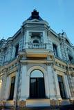 Die Ecke des alten Gebäudes, das den Schnitt übersieht Schöner zweiter Stock Lizenzfreie Stockbilder