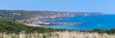 Die Eidechsenhalbinselküste Cornwall zu Kennack versandet sonniges Sommertagespanorama des blauen Himmels Stockfotos