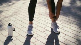 Die Eignungsfrau, die ihre Muskeln ausdehnt, vor der Ausbildung vor, bereiten für das Rütteln im Sommerpark Gesunder Lebensstil u stock video footage