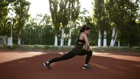 Die Eignungsfrau, die Laufleinen tut, trainiert für Beinmuskel-Trainingstraining, draußen Aktives Mädchen, das vorwärts vorderes  stock footage
