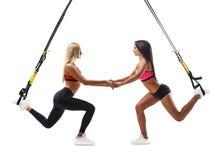 Die Eignungsfrauen, die Laufleine tun, trainieren mit trx Suspendierung Stockbilder