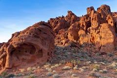 Die eindeutigen Felsenanordnungen des roten Sandsteins auf Sonnenuntergang Lizenzfreies Stockfoto