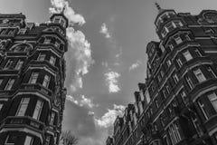 Die einfarbige Ansicht des hohen Winkels, die oben einem teuren Edwardian-Block von Zeitraumwohnungen fand betrachtet gewöhnlich, Stockfoto
