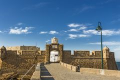 Die Eingangstorund -festungswände von Castillo-De San Sebastian stockbild