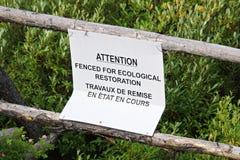 Die eingezäunte Aufmerksamkeit ist für ökologisches Wiederherstellungszeichen lizenzfreie stockfotos