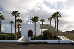 Die einsame Kirche nahe bei Vulkan - Lanzarote, kanarische Inseln Stockfotos