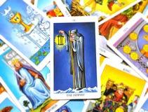 Die Einsiedler-Tarock-Karten-Reflexion, die auf selbst Meditations-Beratung hört lizenzfreie abbildung