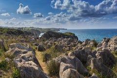 Die einzigartigen Klippen der Küsten von Kantabrien stockfotos