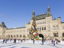 Die Eisbahn auf Rotem Platz und die Touristen reiten Lizenzfreies Stockfoto