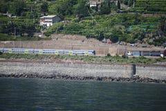Die Eisenbahn, die die Dörfer Cinque Terras in Italien verbindet Stockfotos