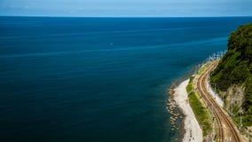 Die Eisenbahn entlang dem Ufer des Schwarzen Meers stockfotos