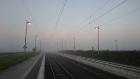 die Eisenbahn steigt in den Himmel ein Lizenzfreie Stockbilder