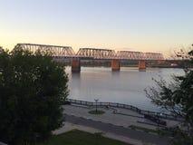 Die Eisenbahnbrücke über dem Fluss stockbild