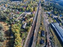 Die Eisenbahndurchläufe durch die provinzielle Stadt Stockfoto